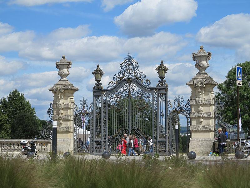 La grande porte de l'entrée principale du Parc de Noisiel